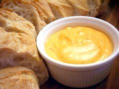 La salsa Rouille proviene de la Provenza francesa, es la salsa con la que se sirve el pan en la tradicional Bullabesa, sopa de pescado. También acompaña otros platos de pescados y mariscos, aunque le viene bien a muchas otras elaboraciones.