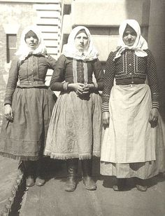 Slovakian Women at Ellis Island Immigration Station - – History Tribute Encyclopedia - Tribupedia Ellis Island Immigrants, Portraits, Interesting History, Interesting Facts, Folk Costume, Vintage Photographs, Historical Photos, Historical Fun, New York City