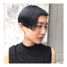 ▶︎▶︎▶︎✂︎ . . 前回ホワイトブリーチを黒に近いダークトーンにした髪色が 1ヶ月後、白に近い状態に抜けるように あえて作り、 退色した髪色をまた更にダークグレーにしました . . ヘアスタイルはガッツリ 0㍉で刈り上げて 前髪をチョンチョンにカット✂︎ ヘアオイルでウエットにスタイリングし タイトに、モードなエッジの効いたスタイルに 仕上げました☺︎ . . . . . #hairstyle #haircolor #shorthair #grayhair #darkhair #wethair #mode #fashion #ヘアスタイル#ヘアカラー#ショート#ショートヘア #グレー#ダークグレー#ダークブルーグレー#刈り上げ#刈り上げ女子#ダブルカラー#ハイトーン#モード#個性#ファッション