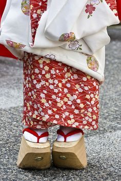 Okobo are wooden sandals worn by Maiko (word for dancing girl and is an apprentice geisha). Memoirs of a Geisha Japanese Geisha, Japanese Beauty, Japanese Art, Traditional Japanese, Japan Kultur, Look Kimono, Clogs, Motifs Textiles, Geisha Art