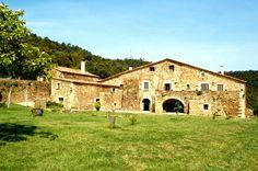 Masía catalana. Es una construcción de carácter rural y agrario frecuente en el levante peninsular, tanto Cataluña, como Baleares y Pais Valenciano. Sus orígenes están en las antiguas villas romanas. Suelen tener su fachada principal orientadas al sur.