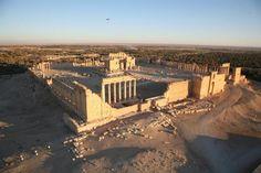 Syrie : Vue aérienne du site antique de Palmyre le 13 janvier 2009  https://s.yimg.com/bt/api/res/1.2/T22B8mun9d1vyrQS9FqZJg--/YXBwaWQ9eW5ld3M7Y2g9NTEyO2NyPTE7Y3c9NzY4O2R4PTA7ZHk9MDtmaT11bGNyb3A7aD00MjA7aWw9cGxhbmU7cT03NTt3PTYzMA--/http://media.zenfs.com/fr_FR/News/AFP/928befecc5a3566945dc2727f101c7581e2cb783.jpg