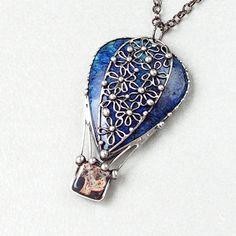 """Vzhůru do oblak - Lapis Lazuli Originální Autorský šperk """"Vzhůru do oblak - Lapis Lazuli"""" POPIS:Ústředním kamenem v tomto šperku je krásný Lapis Lazuli bohatě zdobený drobnými kvítky, jež představují část letícího balónu. Koš pod balónem je vytvořen z Jaspisu. Kámen není podložený ze spodní strany a může se tedy dotýkat kůže. Šperk je vyroben ručně bez ..."""