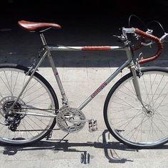 O Daniel comprou uma Caloi 10 e nos pediu para dar um trato. As peças foram polidas, aros novos de alumínio, raios de inox, uma relação nova que o ajuda a subir as ladeiras de perdizes, revisão completa e acabamentos em couro @srd_saddles. Essa magrela volta às ruas revigorada e bonita!!! Valeu Dani!  #studiovila #bike #custombike #pedalar #bici #bicicleta #pedalasp #vadebike #caloi #cali10 #custom #handmade