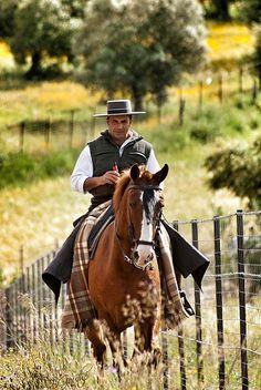 Caballero, caballo y Cruzcampo... - Romeria Prado del Rey - Sierra de Cadiz - Mai 2012