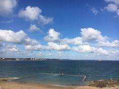 The view includes la piscine, la mer et Dinard