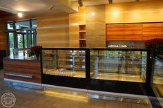 Okładziny ścian wykonane z płyt fornirowanych naturalnym, kolekcjonowanym jesionem.