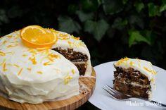 Dieser saftige Carrotcake mit Citrus-Frosting läd einfach zum Schlemmen ein: Saftige Schichten aus Nuss & Karotten zwischen einer feinen Zitronencreme!