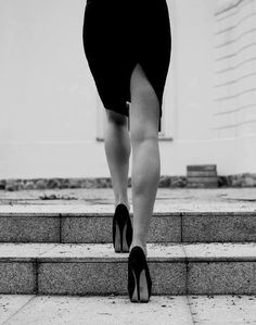 <<Женщины уходят, когда холодно. Безразличием молчат его глаза. И душа без теплоты томится голодом, В сердце - торжествует пустота...>>