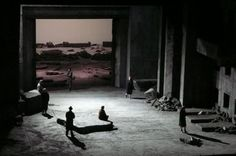 Robert Carsen´s mid-90´s Lohengrin production for the Bastille Opera takes place in an unspecific war/post-war setting. Everything about this staging speaks war and desolation. Ít is dark and grey, entirely without warmth or comfort. The people of Brabant appear in ragged clothes. The King wears the uniform of a General.