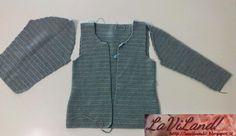 Ciao!  Progetto appena finito e subito postato per condividerlo con voi!!!  Si tratta di una giacca modello Chanel realizzata ad uncinetto c...