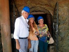 El periodista Luis del Olmo, pregonero del 54 Festival Internacional del Cante de las Minas de La Unión, visita la mina Agrupa Vicenta junto a la diseñadora Juana Martín.