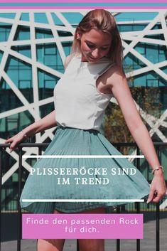 Plisseeröcke sind im Trend, finde deinen perfekten Plisseerock. Urban Apparel, Trends 2018, Rock Style, German Fashion, Rock Outfits, Crop Tops, Urban Outfits, Nyc, Skater Skirt
