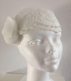 tocado novia tipo turbante cerrado de Tull bordado y con perlas cosidas. PVP: 40€