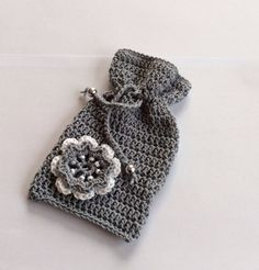 Geurzakje grijs met bloem Crochet Pouch, Crochet Gifts, Crochet Doilies, Knit Crochet, Fiesta Shower, Big Coins, Make Your Own Clothes, Wedding Favor Boxes, Knitted Bags