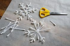 {DiY} Flocon-rods for the decoration of the original Christmas tree !, The post {DiY} Flocon-rods for the decoration of the original Christmas tree ! appeared first on Dekoration. Unique Christmas Trees, Handmade Christmas Decorations, Christmas Crafts For Kids, Simple Christmas, Holiday Crafts, Christmas Diy, Christmas Ornaments, Frozen Party Decorations, Diy Snowflake Decorations