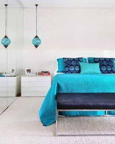 Azul turquesa para relaxar. O estilo oriental inspirou o quarto executado pela arquiteta Thaisa Camargo (@thaisacamargo.arquitetura). A manta e os porta-travesseiros de seda foram feitos pela Casa Mineira (@casamineira). Já as almofadas estampadas são lembrança de viagem a Londres. Em vez de um lustre central optou-se por pendentes laterais ao estilo da decoração da L´Oeil (@loeilmoveiseobjetos) Fotos Divulgação #bedroom #acaradecasaejardim #cozy #blue #azul #decoration #quartosdecasal