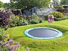 El relieve de este jardín se adecúa perfectamente a la cama elástica