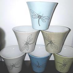 Tasse expresso / verrine 'libellule' en porcelaine peint main Planter Pots, Creations, Tableware, Painted Porcelain, China Painting, Bowls, Dragon Flies, Hands, Mugs