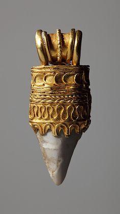 Amulette étrusque en or avec dent de requin, Ve sièce av. J.-C. | Gold Etruscan Amulet with a shark's tooth, 5th century BCE