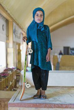 « Skate Girls of Kabul » est une série de photos exposées à Londres à la Saatchi Gallery. La photographe Jessica Fulford-Dobson immortalise le travail d'une association qui apprend aux petites filles afghanes à faire du skateboard.