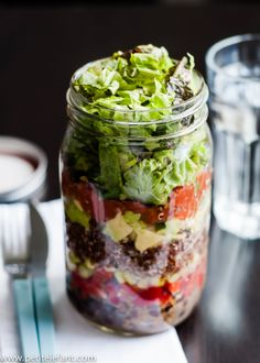 Lunchtime Taco Salad in a Jar. Delicious layered taco salad in a jar is perfect for a make-ahead-lunch that stays crisp delicious! Mason Jar Meals, Meals In A Jar, Mason Jars, Kilner Jars, Salad In A Jar, Soup And Salad, Shaking Salad, Layered Taco Salads, Fingers Food