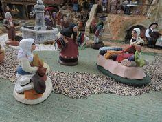 Le marché et les artisans sont au travail sur la place du village.