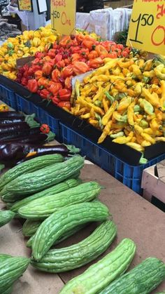 Op de markt vind je diverse Surinaamse groenten zoals Madame jeanette en adjoema pepers. Maar ook sopropo #sopropo #madamejeanette #adjoemapepers Restaurant Recipes, No Bake Cake, Street Food, Zucchini, Watermelon, Lunch, Snacks, Canning, Vegetables