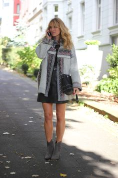 Nowshine. Over 40 Fashion, Beauty and Lifestyle Blog. You don´t have to have youth to have style. Beauty. Positive Vibes. Yoga Mat und Running Shoes. Lipstick and Beachy Waves. Isabel Marant lookalike Zara coat, Mango Bag, Zara Booties