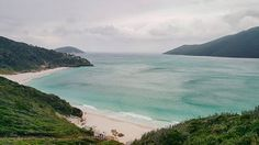 50 tons de verde. ⠀ Prainhas • Pontal do Atalaia ⠀ Arraial do Cabo / RJ ⠀ ⠀ #janelaparaomundo #arraialdocabo #riodejaneiro #regiaodoslagos ⠀ ⠀
