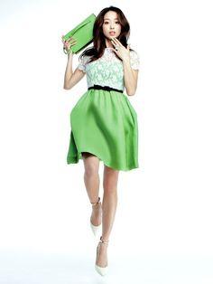 青りんご色のレースドレスで、可憐にドレスアップ!  砂糖菓子のようなレース&リボンのドレスも、アップルグリーンだと、こんなにヘルシー。 伸びやかな自然体でさりげなく甘いドレスを着こなす、花のスタイルをお手本にして。ドレス¥376,950(ヴァレンティノ