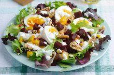 Salata cu ouă fierte și sfeclă roșie este sățioasă, gustoasă, condimentată și ușor de preparat.