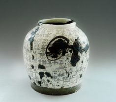It is always refreshing to see the contemporary Korean ceramic artists revitalizing their traditional styles into new interpretations that look contemporary while remaining respectful to their rich heritage in ceramics. Ceramic Clay, Porcelain Ceramics, Ceramic Vase, Ceramic Pottery, Fine Porcelain, Korean Pottery, Japanese Pottery, Pottery Sculpture, Sculpture Clay
