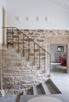 Stone by staircase- Casa de campo en Ulloa Contemporary Interior Design, Home Interior Design, Interior And Exterior, Exterior Paint, Exterior Design, Stone Houses, Staircase Design, Diy Garden Decor, Architecture