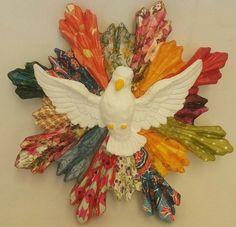 Divino espírito santo com resplendor em decoupagem colorida e vitrificação