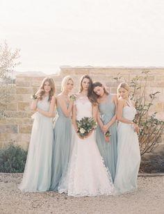 Tem como não se apaixonar pela paleta azul e dourada? E quando ela está presente até mesmo no vestido das madrinhas? We are in love!    Cliquem:http://bit.ly/uniao-perfeita    #casarei #blogdecasamento #casamento #madrinhas #bridesmaids