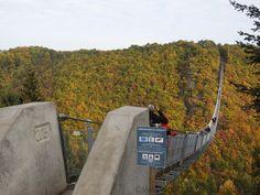"""GEIERLAY HÄNGESEILBRÜCKE - allein schon das Wort Hängeseilbrücke macht neugierig. Was verbirgt sich hinter oder unter Deutschlands längster Brücke? Wir schauen uns das einmal aus der Nähe an, klettern zur Krönung in der """"Ehrenburg"""" auf den Bergfried. Korrektur! Sie ist Stand 2017 nicht mehr die längste Hängeseilbrücke Deutschlands. Schön und sehenswert ist sie trotzdem!"""
