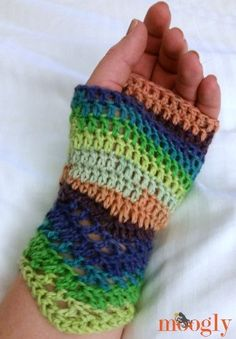 Chevron Lace Fingerless Mitts: free #crochet pattern on Moogly!