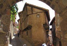 Casa Julianeta, Albarracín. Es el edificio más emblemático de la arquitectura popular de Albarracín.Destaca por su irregularidad arquitectónica. Actualmente se usa como taller de artistas-.