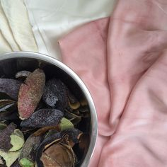 Tutorial on how to naturally dye fabric with avocado skins (by Rebecca Desnos)