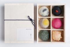 「餅匠しづく 大阪新町店」は大阪・新町にある、素材と製法にこだわったお餅が揃うお店。フランボワーズ大福やほおづき大福など、個性的でフォトジェニックな美しいお餅が女性の評判を集めています。 スタイリッシュな店内には茶寮もあり、ゆっくりとお餅を召し上がることもできますよ。 Cake Boxes Packaging, Chocolate Box Packaging, Dessert Packaging, Bakery Packaging, Cookie Packaging, Food Packaging Design, Japanese Wagashi, Japanese Sweets, Bisnis Ideas