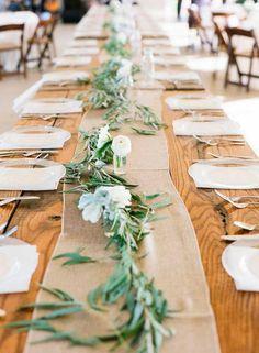 décoration de table champêtre - chemin de table en toile de jute orné de verdure et de renoncules blanches