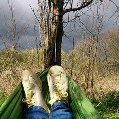 Ligger i min hængekøje og venter på tordenvejr #hammocking #hammocklife #hængekøje #getoutside #hängemattenchillerei by @greteblau