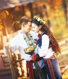 (9 A) La bénédiction ukrainienne. En Ukraine,la famille de la mariée donne sa bénédiction à l'homme qui demande la main de leur fille. Cet événement se déroule juste avant la cérémonie et ne réunit que les proches. Ce n'est donc pas le père qui accompagne sa fille mais les époux qui entrent ensemble en tant que partenaires. Le travail d'équipe pour célébrer l'amour, la pureté et la fécondité.