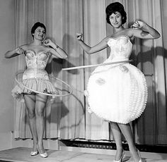 Modelling hula hoops, think the lady on the right is cheating ! 1958 the Hula Hoop was invented. Immergut Festival, Thing 1, Mode Vintage, Vintage Black, The Good Old Days, White Photography, Vintage Photos, Vintage Stuff, Vintage Toys