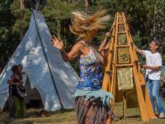 auf dem New Healing Festival 2014 am Glockenturm des Glücks mit der Berliner Künstlerin Barbara Kowa.