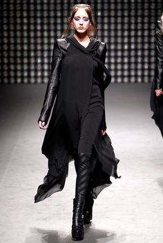Gareth Pugh Fall 2011 Ready-to-Wear Fashion Show - Iris Egbers (WOMEN)