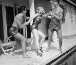 En 1950 les hommes s'arrachent Marilyn Monroe, probablement à cause de son superbe maillot de bain bustier.