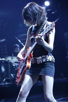 PJ Harvey, the one and only. The look, the music, and . the belt? Rock And Roll Girl, Rock N Roll, Female Guitarist, Female Singers, Heavy Metal, Montreux Jazz Festival, Mundo Musical, Norah Jones, Women Of Rock
