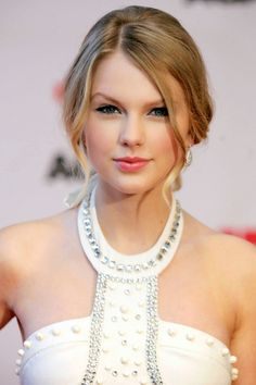 In just a few years Taylor Swift has transformed from tween superstar to a sophisticated chanteuse. See Taylor Swift's beauty and hair looks through the years. Taylor Swift Hot, Taylor Swift Family, Style Taylor Swift, All About Taylor Swift, Taylor Taylor, Swift 3, Agile, Taylor Swift Pictures, Taylors